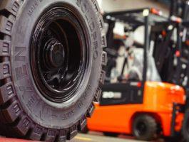 Nâng cao an toàn khi chọn và sử dụng lốp xe nâng đúng cách